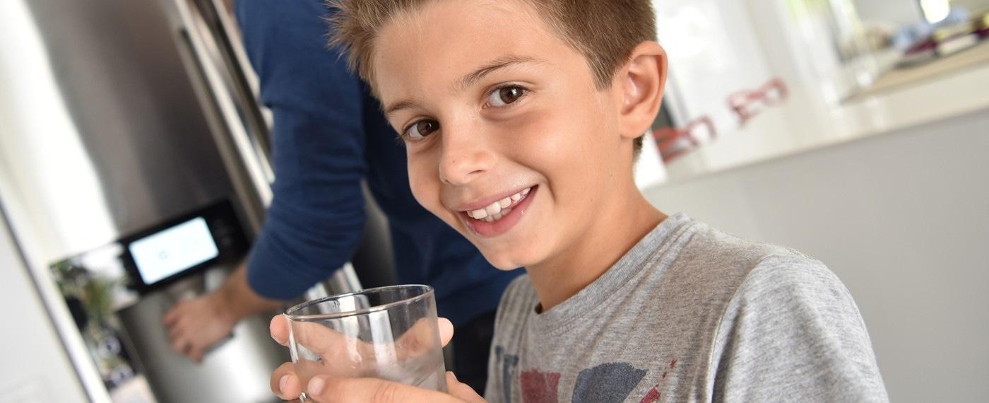 Fris water uit de koelkast drinken